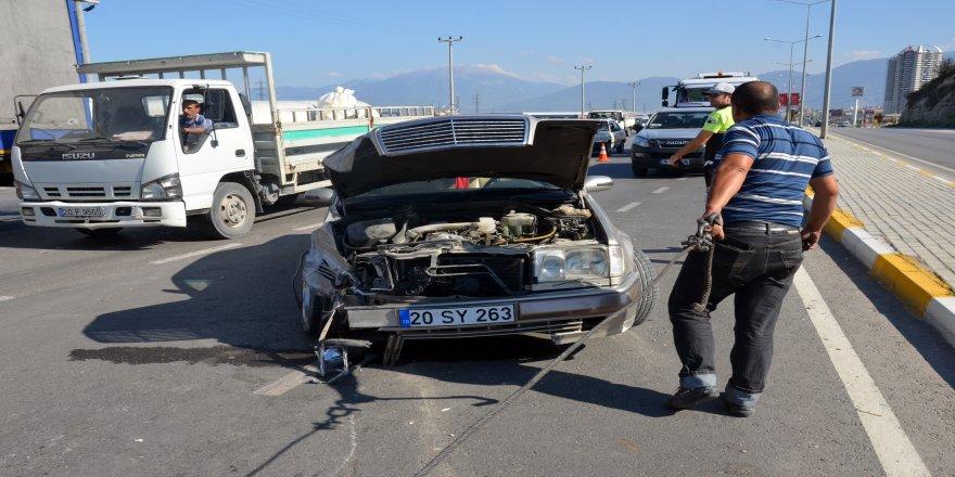Otomobilin çarptığı minibüs karşı şeritte araçla çarpıştı: 8 yaralı