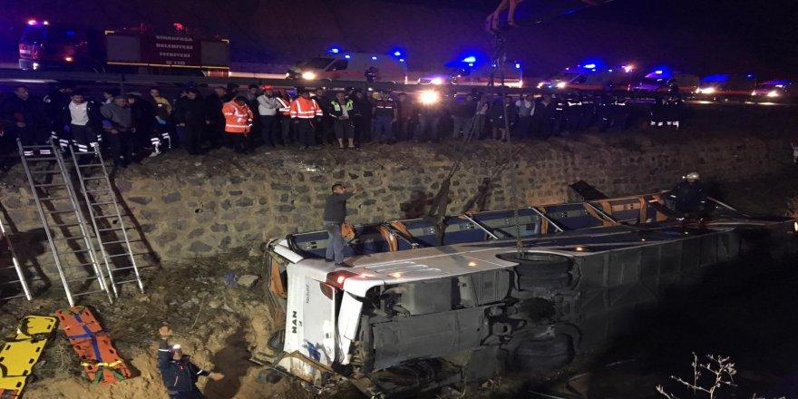 Otobüs su kanalına devrildi: 7 ölü, 25 yaralı