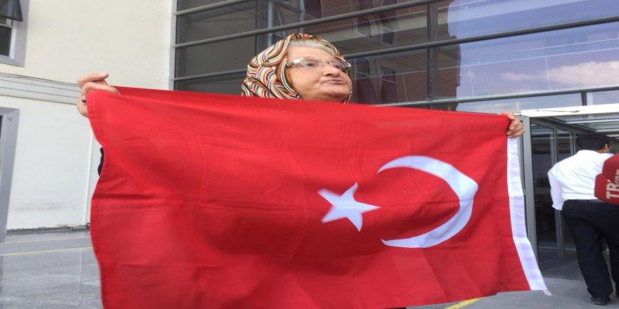 Fatma nineden, teröristlere bayraklı tepki