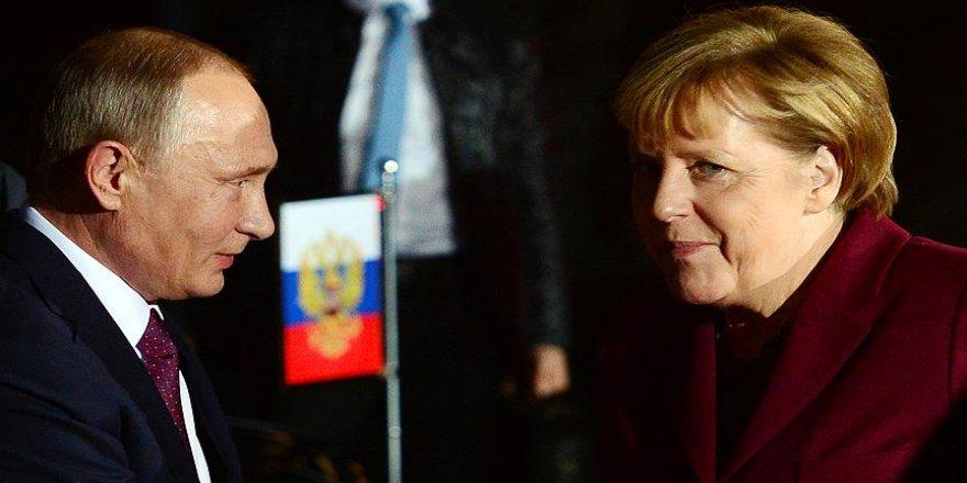 Putin, Merkel ile Suriye'yi görüştü