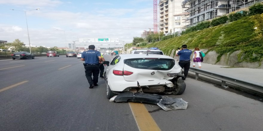 3 otomobil çarpıştı, trafik felç oldu