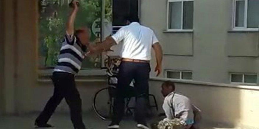 Engelli oğlunu dövdü
