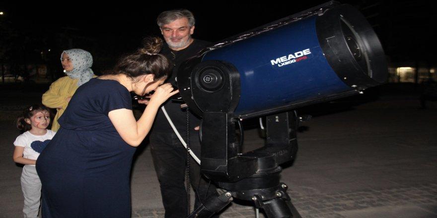 Vatandaşlar teleskopla gökyüzünü gözlemledi