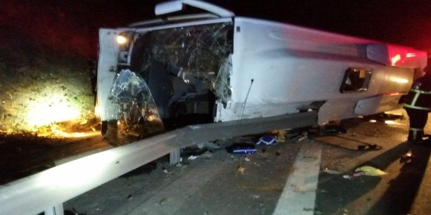Kocaeli TEM'de servis midibüsü devrildi: 1 ölü 18 yaralı