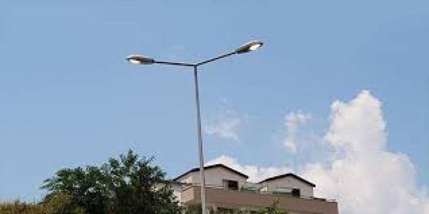 Vatandaşın üzerine sokak lambası düştü