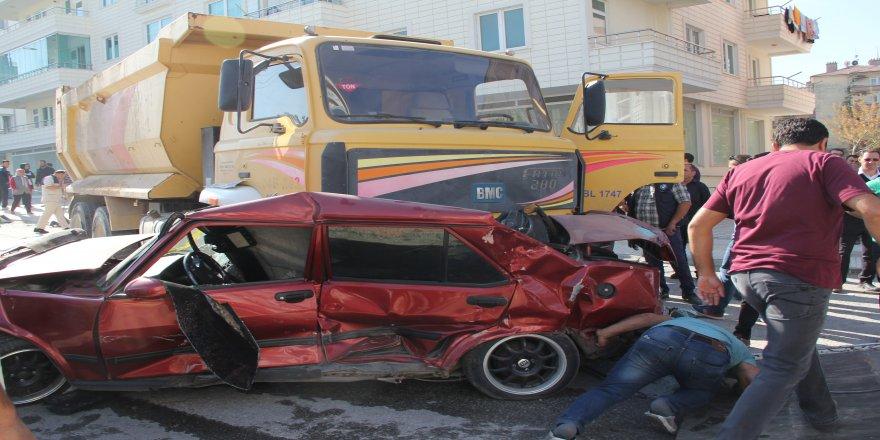 Freni boşalan kamyon mahalleyi savaş alanına çevirdi