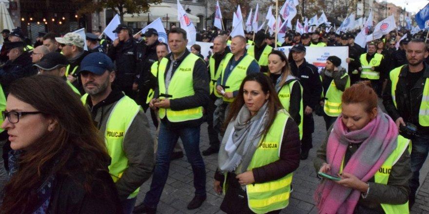 'Üniformalı memurlar' hükümeti protesto etti