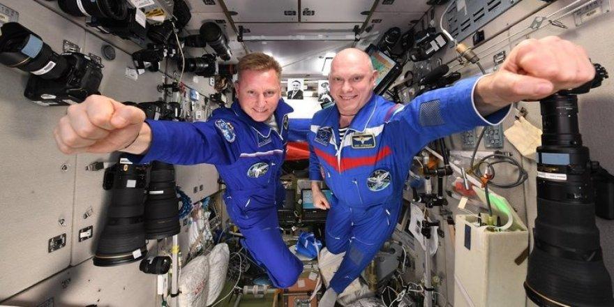 Kozmonotlar ve astronotlar dünyaya geri döndü