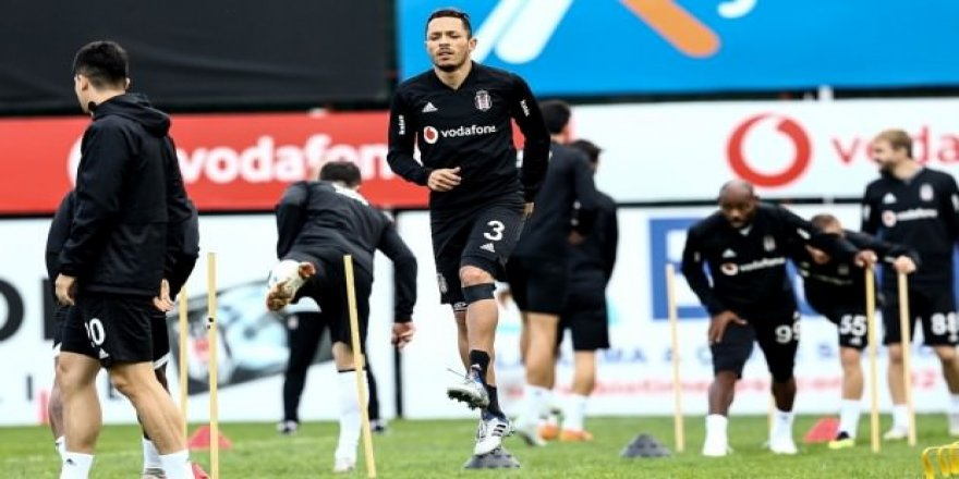 Beşiktaş'ta Adriano'dan kötü haber!