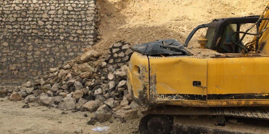 Okul inşaatının duvarı çöktü