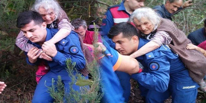 85 yaşındaki kadını sırtında taşıyarak kurtardı!