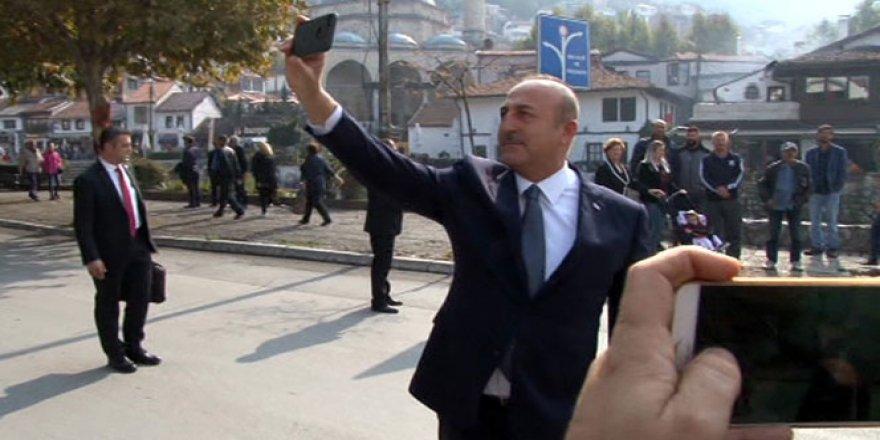 Bakan Çavuşoğlu, Priştine'yi gezerken selfie çekti