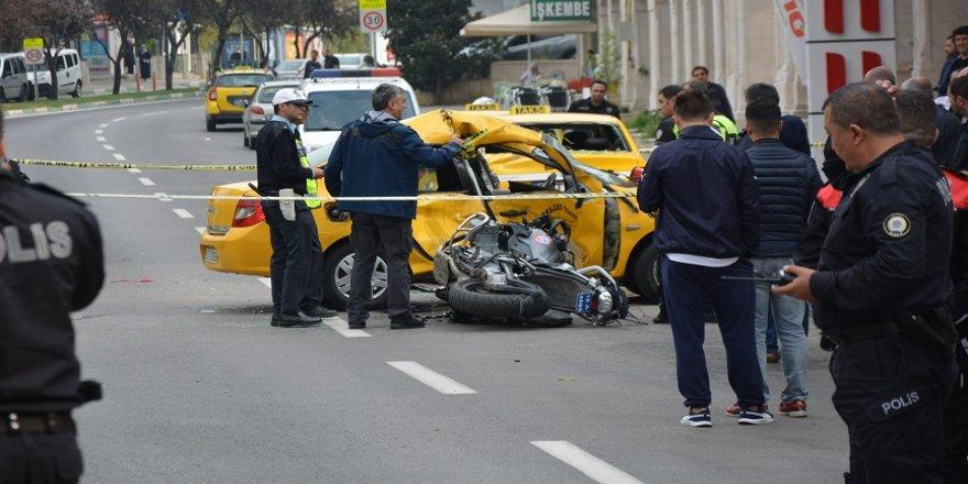 Polis motosikleti taksi ile çarpıştı