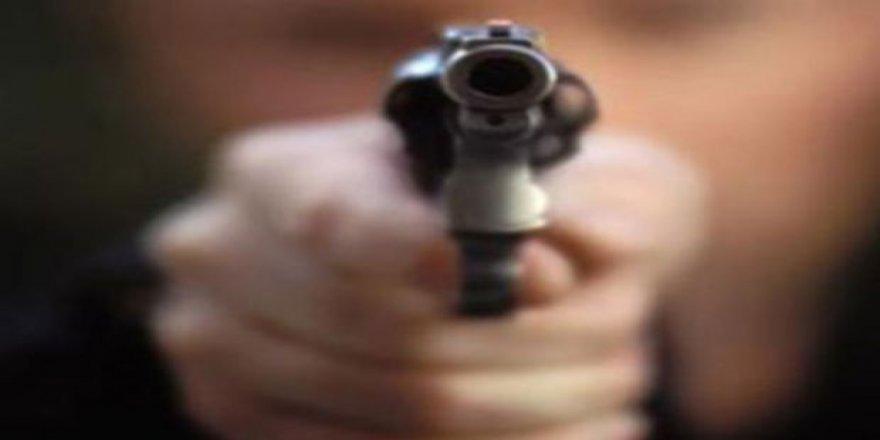 """Yoklamada kendisini """"yok"""" yazan öğretmenine silah çekti"""