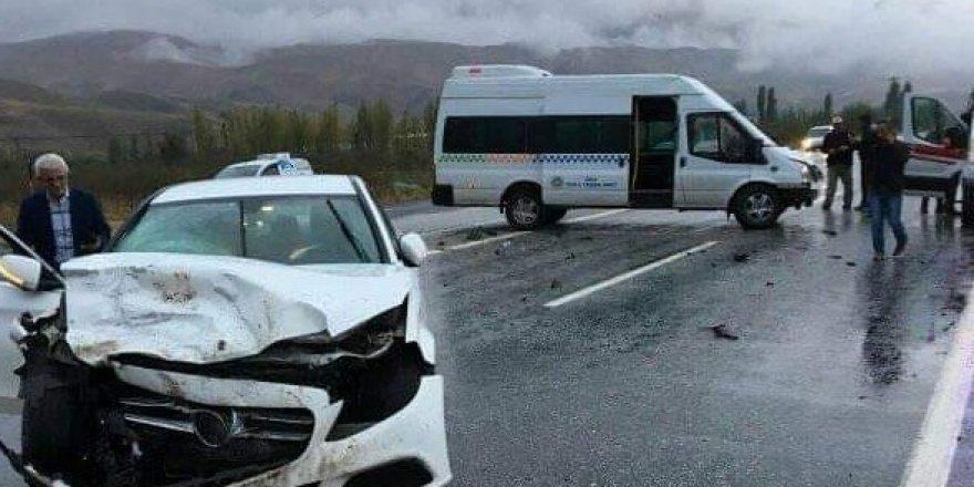 Otomobille öğrenci servisi çarpıştı