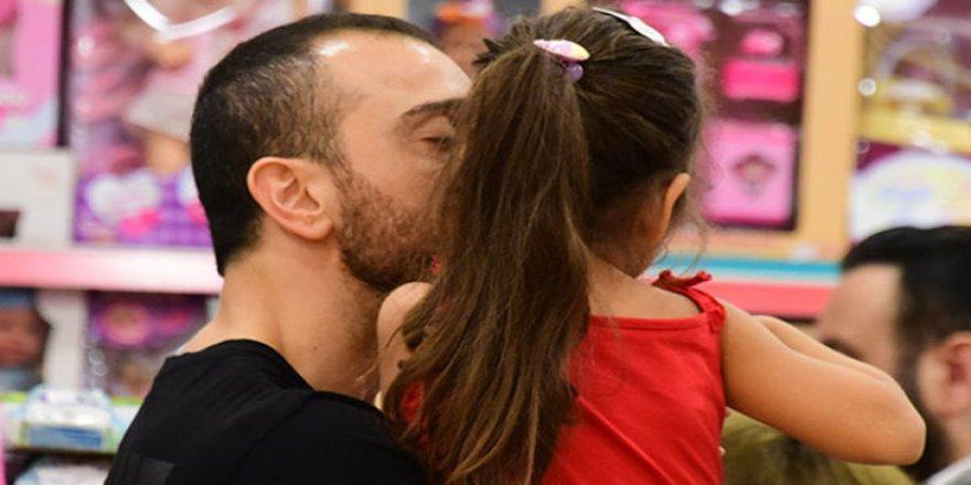 Okan Kurt kızını öpmeye doyamadı