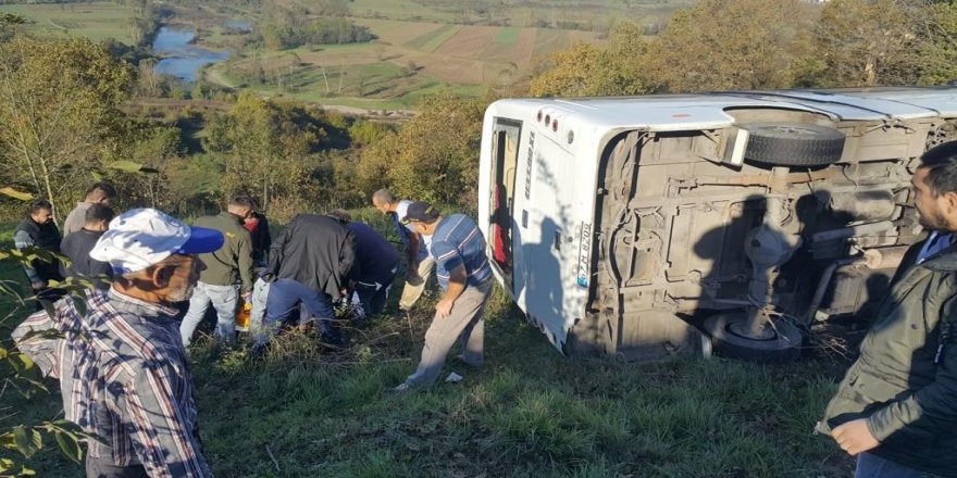 Yolcu minibüsü şarampole yuvarlandı