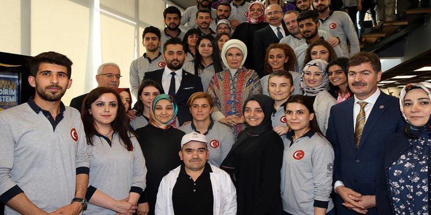 Emine Erdoğan gençlerle bir araya geldi