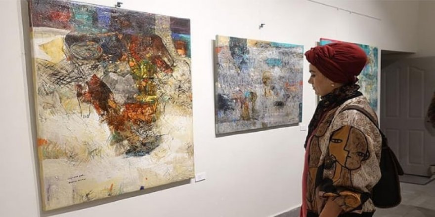 Suriyeli sanatçının 'Kaldırımdaki Çocukluk' sergisi açıldı