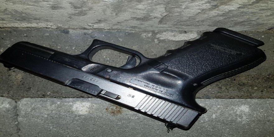 Polisi görüp silahı atınca yakalandı