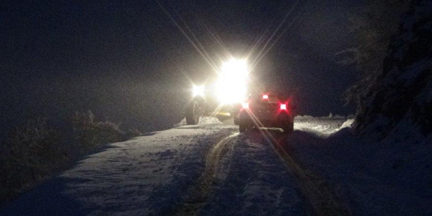 Karda mahsur kalan vatandaşları ekipler kurtardı