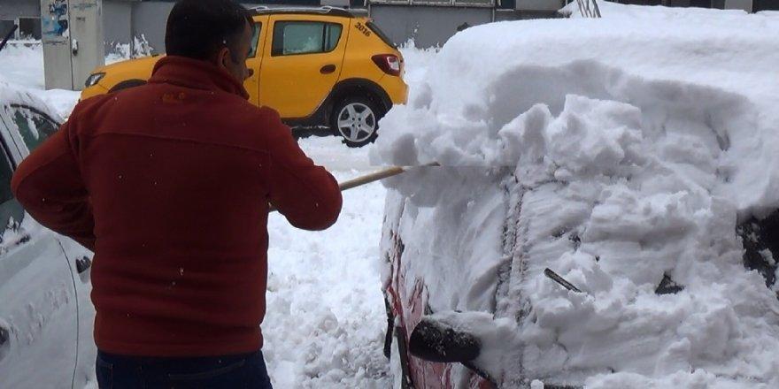 Yarım metre kar yağdı
