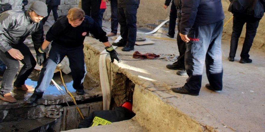 7 yaşındaki çocuk kanalizasyon çukuruna düştü