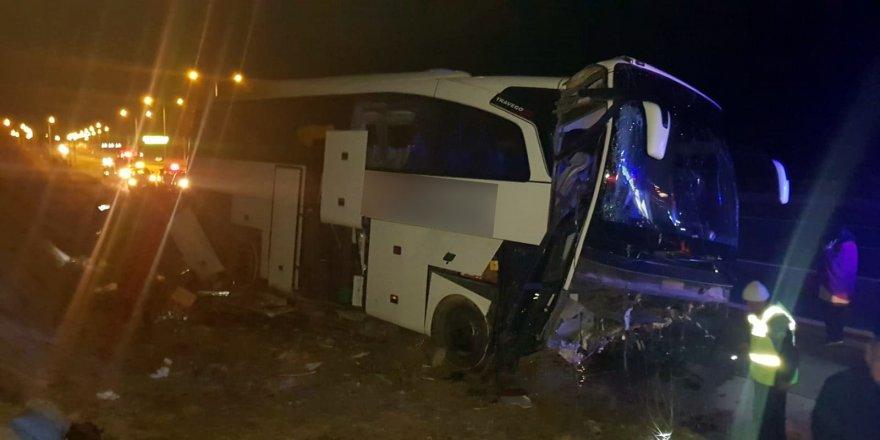 Otobüs refüje çarptı: 20 yaralı