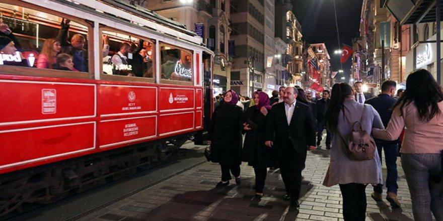 İki bakan İstiklal Caddesi'nde yürüyüşe çıktı