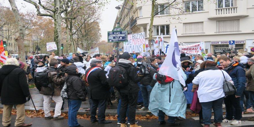 Fransa'da hemşirelerden hükümet karşıtı protesto
