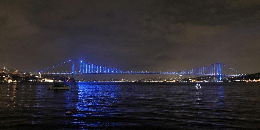 Köprüler çocuk hakları için maviye büründü