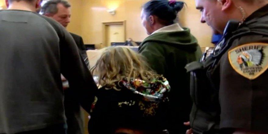6 aylık bebeği öldürdüğü iddia edilen 10 yaşındaki çocuk kelepçe ile mahkemeye çıkarıldı