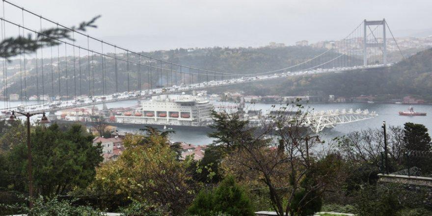 Dünyanın en büyük inşaat gemisi İstanbul Boğazı'ndan geçti