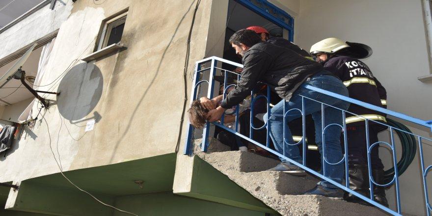 Kafası merdiven korkuluklarına sıkışan çocuğu itfaiye kurtardı