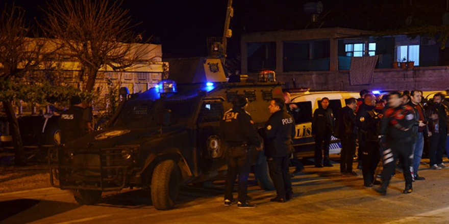 Polise taşlı ve sopalı saldırı