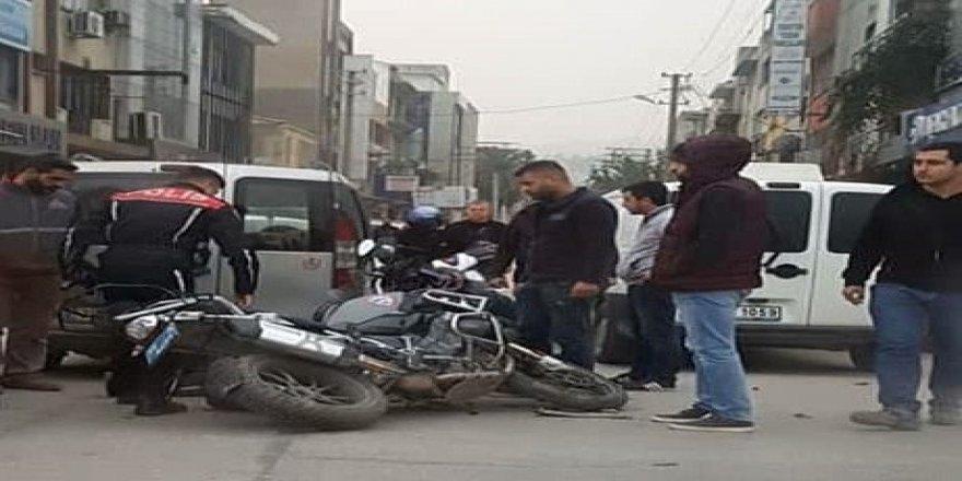 Ticari araç yunus ekibine çarptı: 2 polis yaralandı