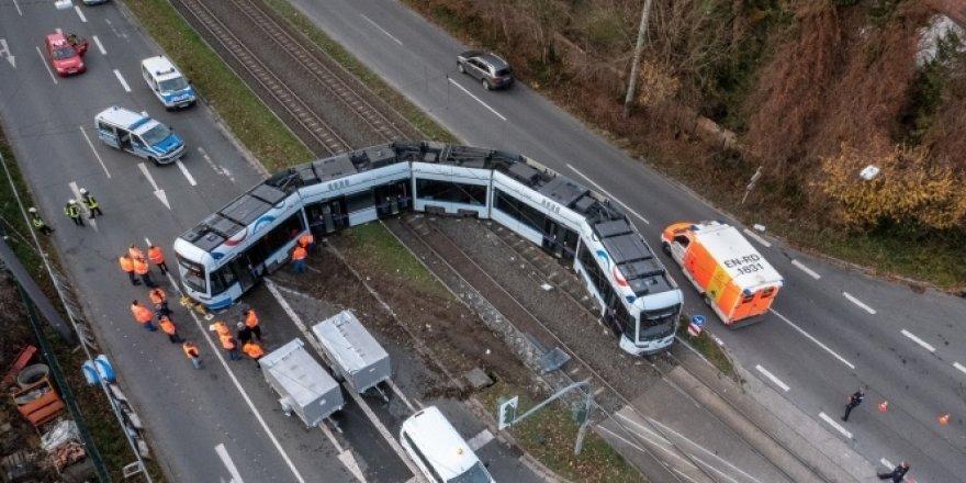 Kamyon ile tramvay çarpıştı