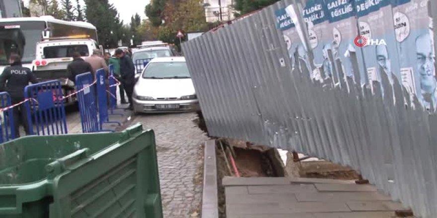 Yol çöktü, otomobil askıda kaldı