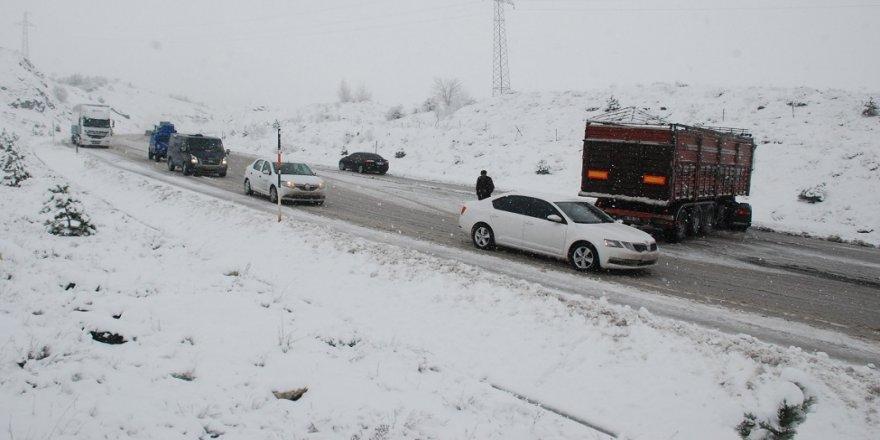 Kar etkili oldu, araçlar yolda kaldı