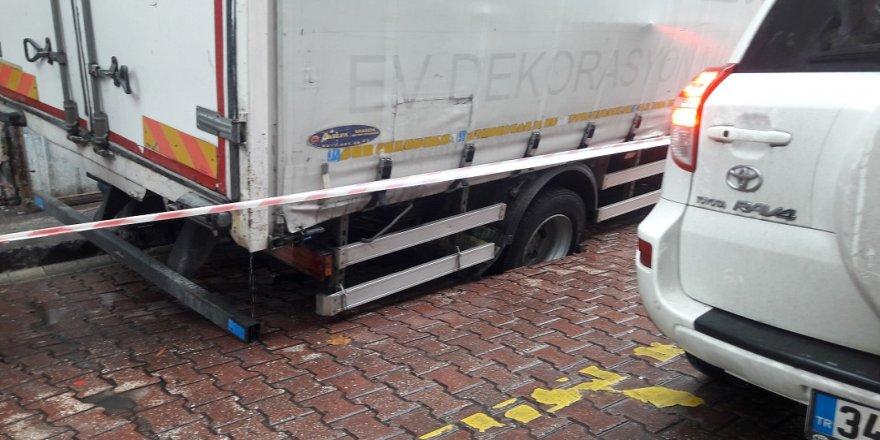 Yol çöktü, kamyonet içine düştü