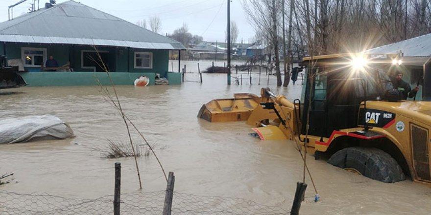Sağanak yağış köyü sular altında bıraktı