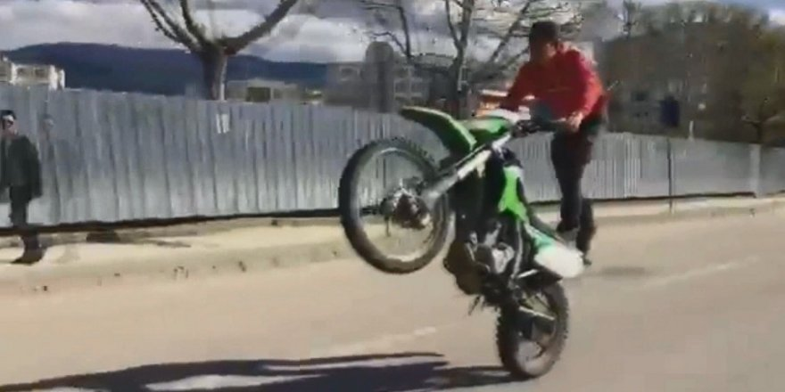 Motosiklet üzerinde tehlikeli gösteri