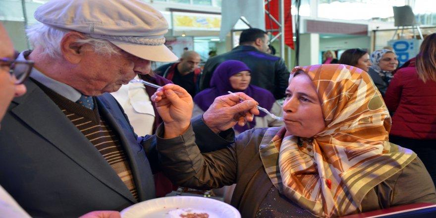 80 yaşındaki damat evlilik fuarında dünya evine girdi