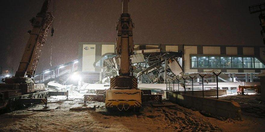 Enkaz kaldırma çalışmalarına kar nedeniyle ara verildi