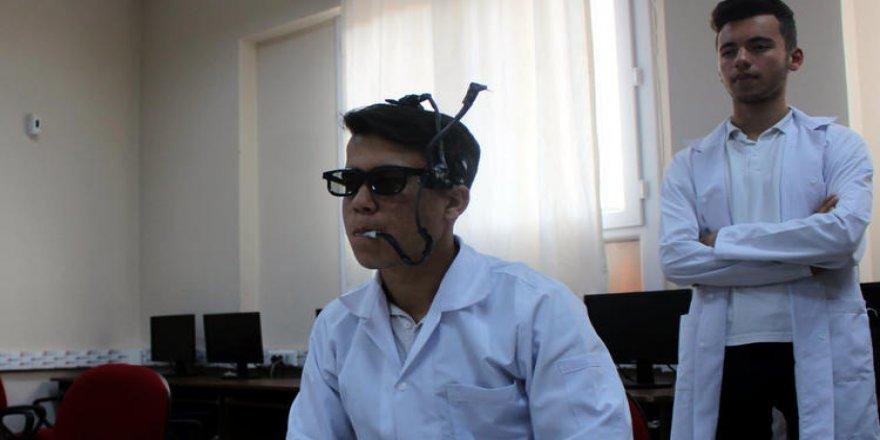 Lise öğrencilerinden gözlüğe monte edilen 'mouse'