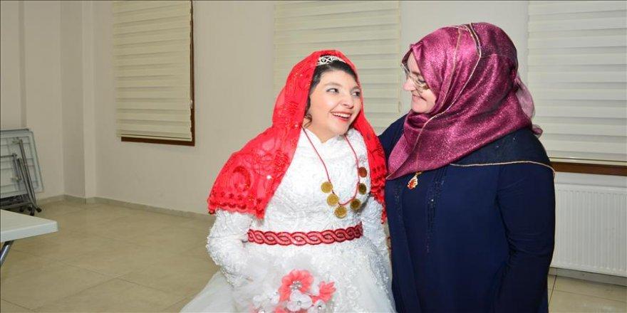 Zihinsel engelli genç kıza temsili düğün yapıldı