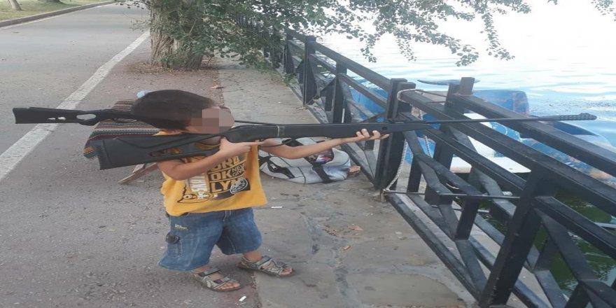 Tabancayla oynarken babasını vurdu