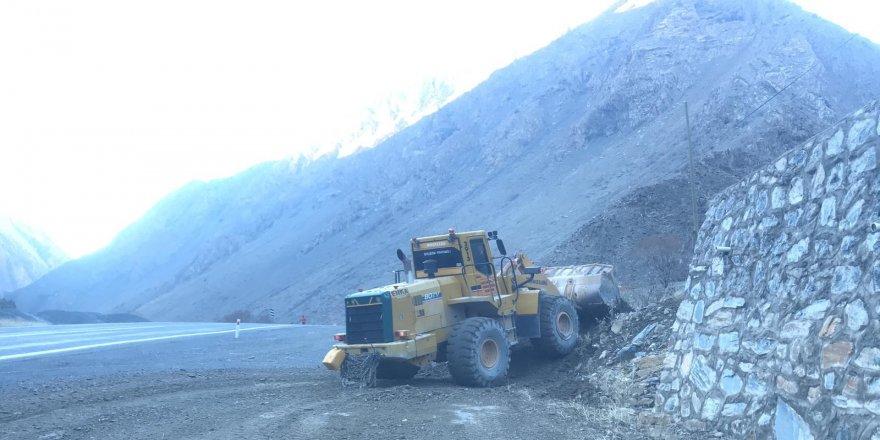 Karayolu'na kaya düştü