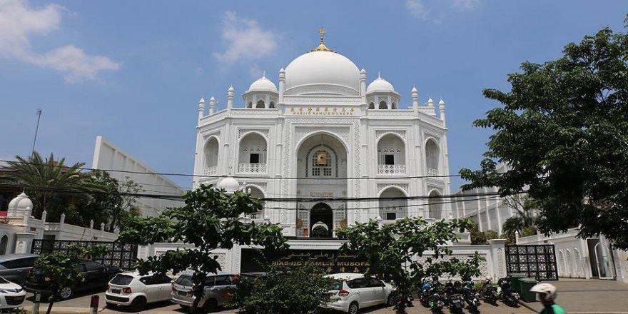 Tac Mahal'den esinlenilen cami güzelliğiyle göz dolduruyor