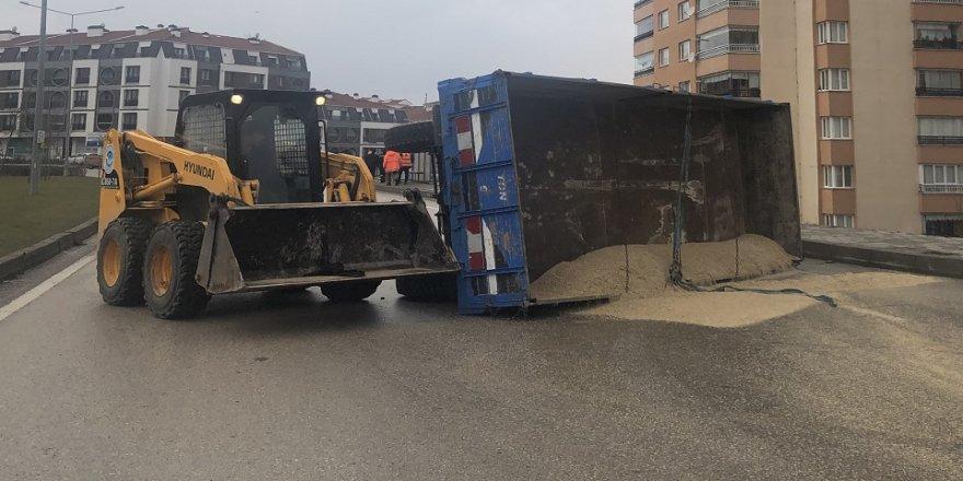 Hayvan yemi yüklü traktör römorku devrildi